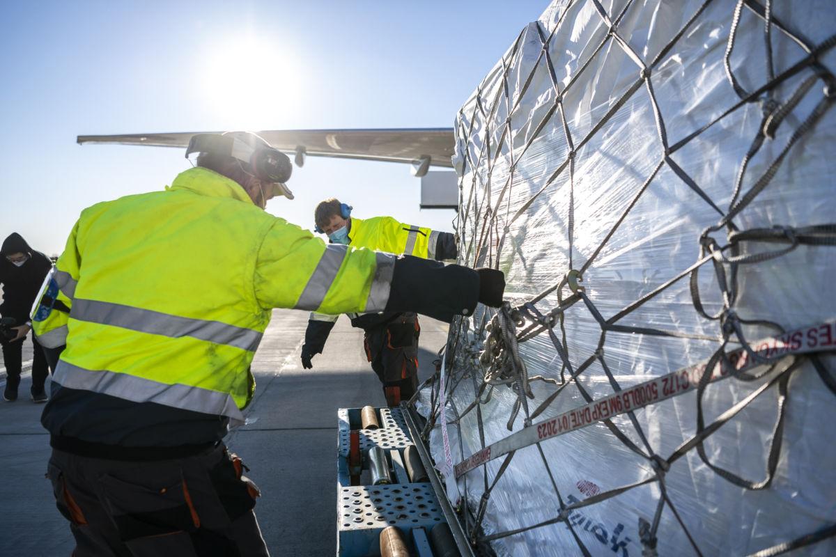 A Külgazdasági és Külügyminisztérium (KKM) által közreadott képen látható, hogy újabb egymillió darab, favipiravir hatóanyagú tabletta érkezett Magyarországra, ezúttal Japánból a Liszt Ferenc-repülőtérre 2020. november 21-én.