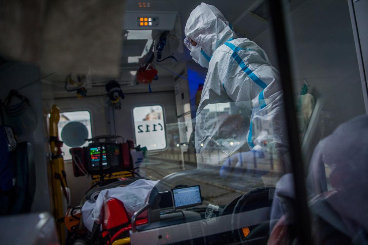 Örkényi Zsolt, az Inter-Európa Mentőszolgálat Kiemelten Közhasznú Nonprofit Kft. mobil intenzív mentőegységének mentőtechnikusa védőruhát visel, mialatt egy koronavírussal fertőzött, lélegeztetett beteget szállítanak Budapesten 2020. november 4-én.