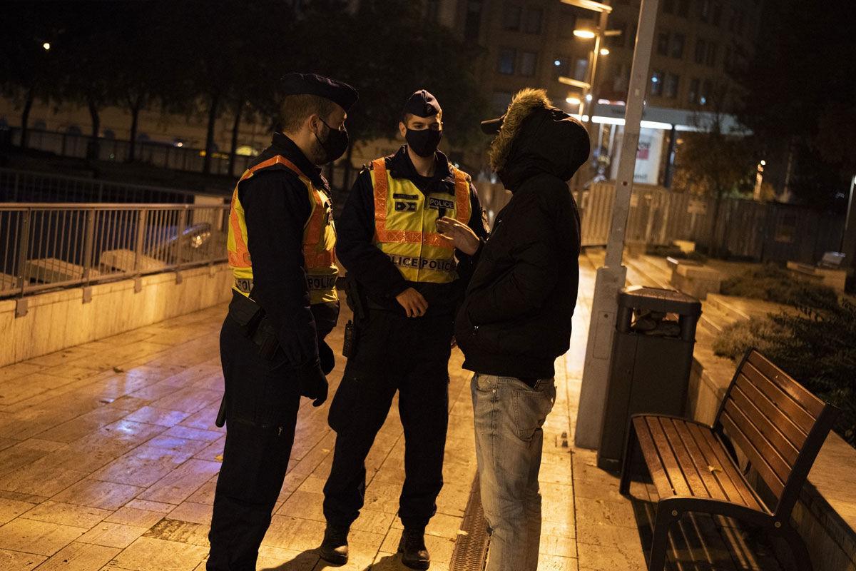 A kijárási korlátozás idején ellenőrzést végző rendőrök Budapesten.