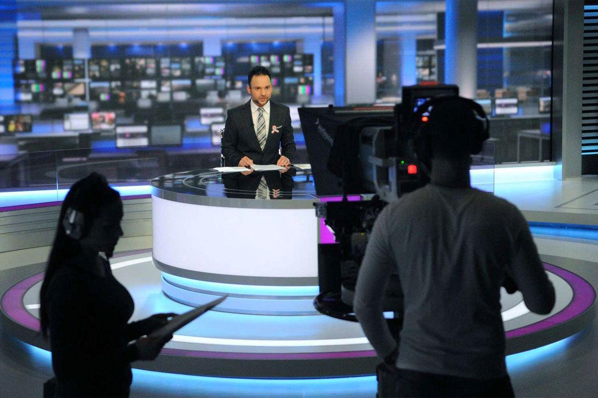 Imre Balázs műsorvezető a közmédia M1 propagandacsatornájának négyes stúdiójában.