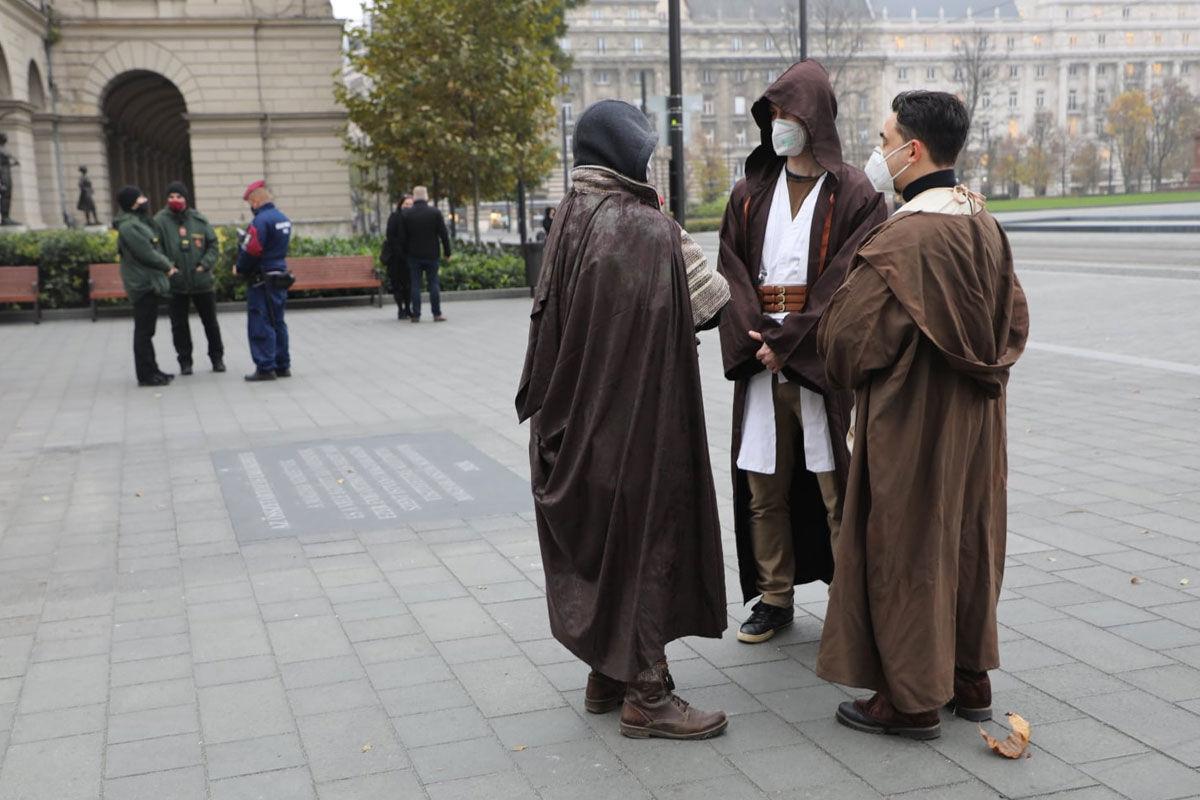 Jedi lovagokat vetett be a koronavírus ellen a Kutyapárt Budapesten