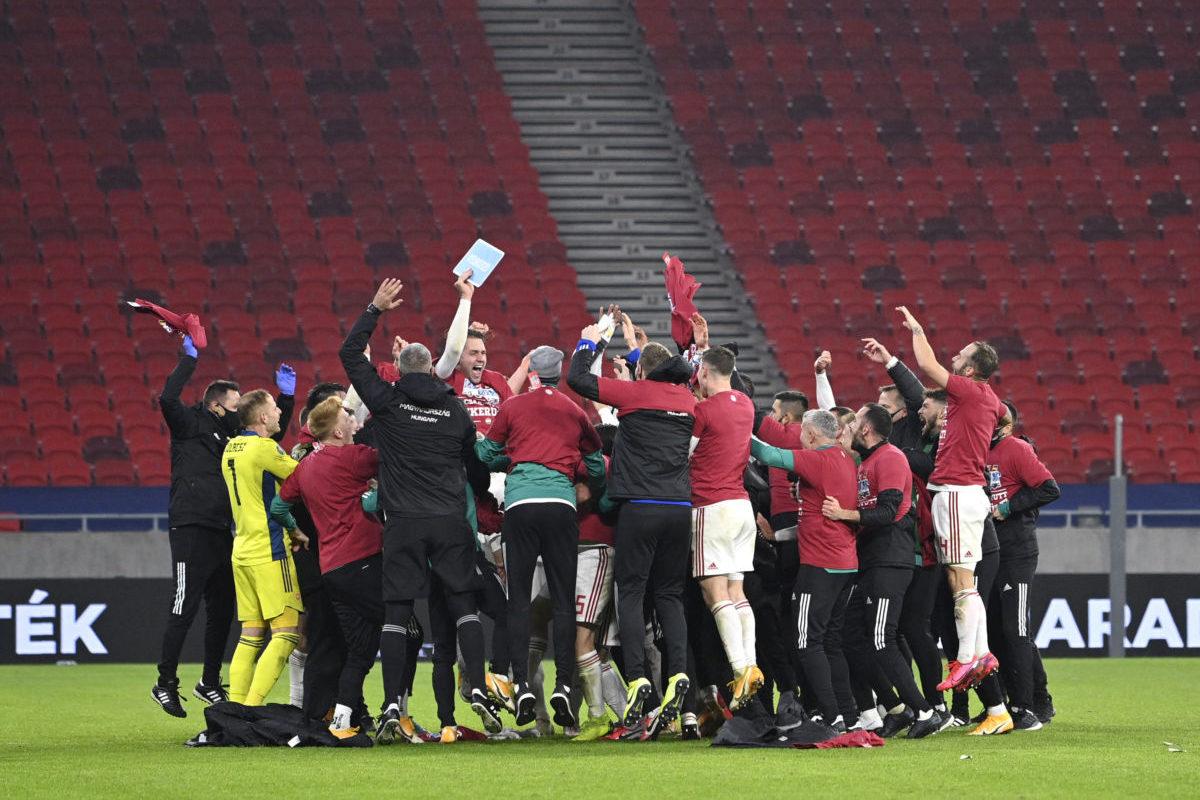 A magyar válogatott játékosai ünneplik győzelmüket a Magyarország - Izland labdarúgó Európa-bajnoki pótselejtező mérkőzés végén a Puskás Arénában 2020. november 12-én.