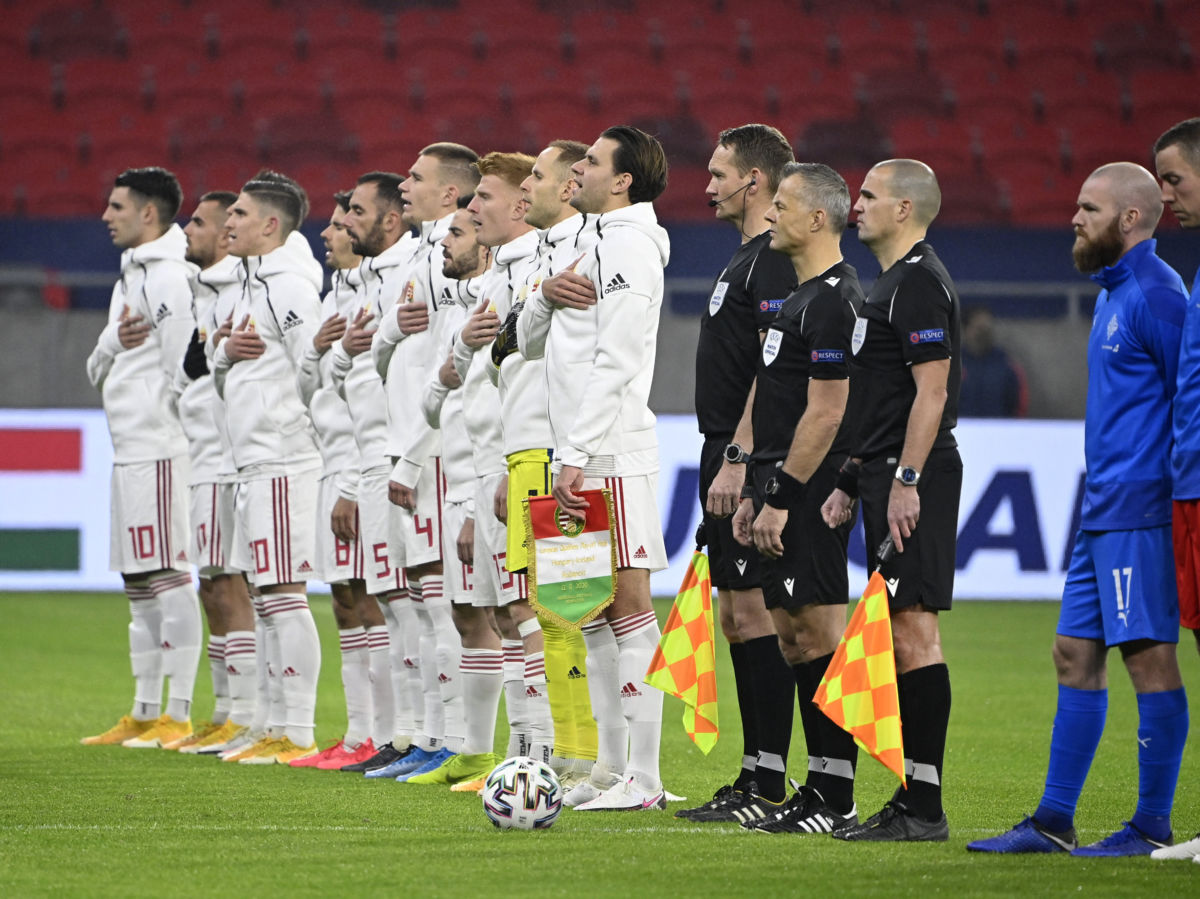 A Himnuszt éneklik a magyar válogatott játékosai a Magyarország - Izland labdarúgó Európa-bajnoki pótselejtező mérkőzésen a Puskás Arénában 2020. november 12-én.