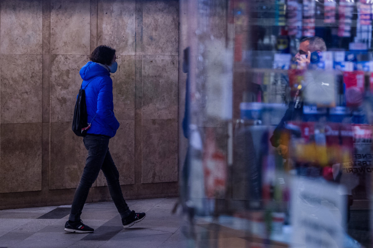 Védőmaszkot viselő járókelő a budapesti Astoriánál 2020. november 11-én.