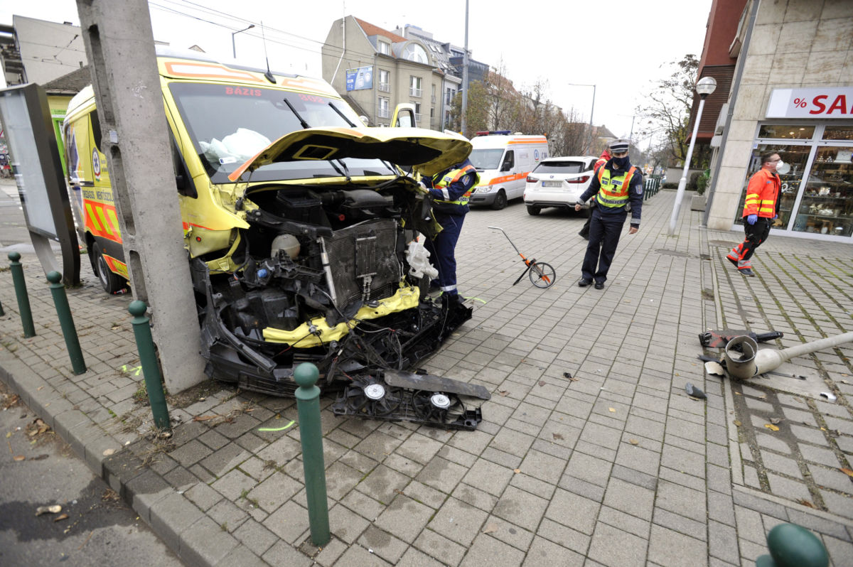 Összeroncsolódott mentőautó a III. kerületi Bécsi út és Kiscelli út kereszteződésénél 2020. november 14-én.