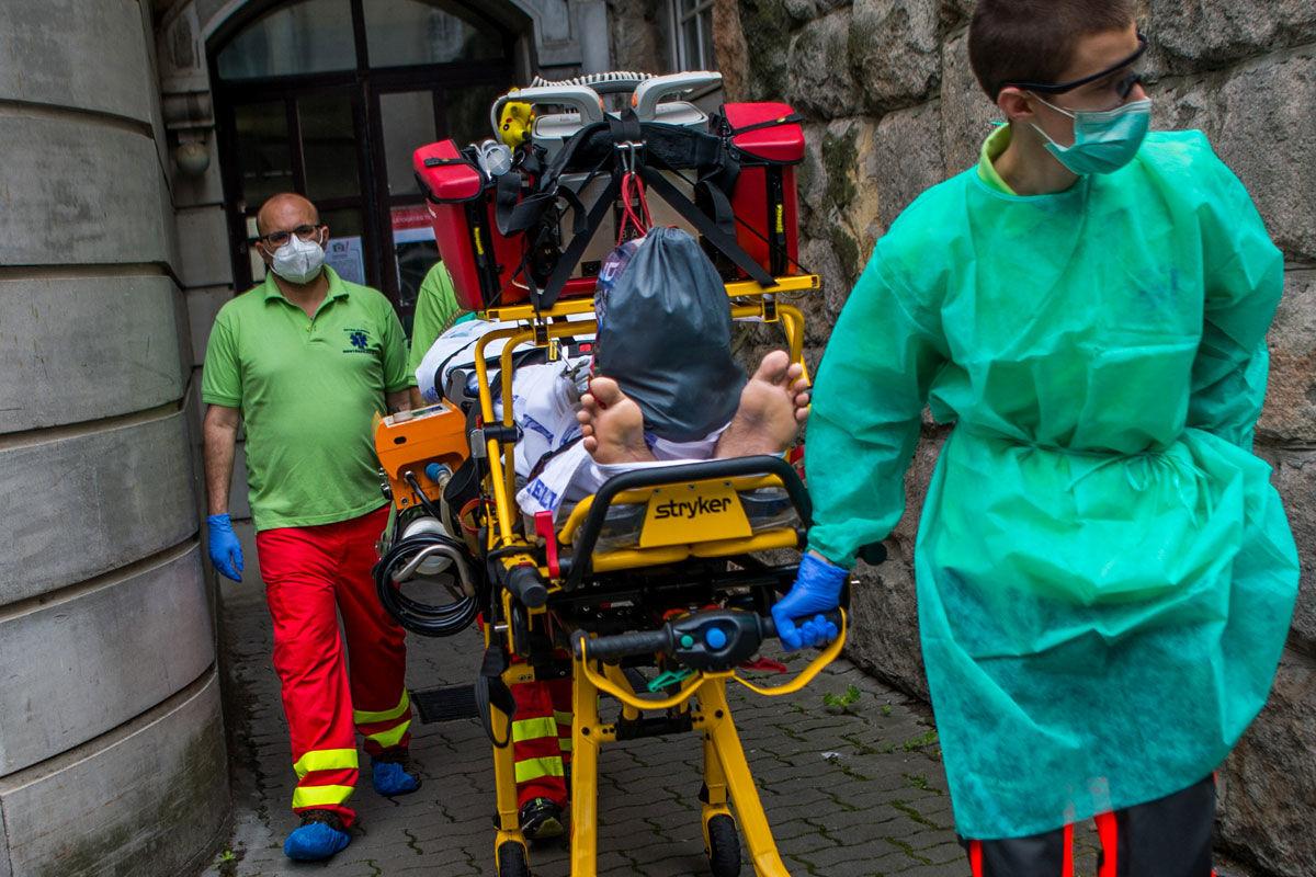Dr. Shemesh Assaf szakorvos (b) és Kovács Gábor állomás- és gépkocsivezető (j), az Inter-Európa Mentőszolgálat Kiemelten Közhasznú Nonprofit Kft. mobil intenzív mentőegységének munkatársai lélegeztetett beteget szállítanak hordágyon az Országos Klinikai Idegtudományi Intézetben 2020. június 12-én.