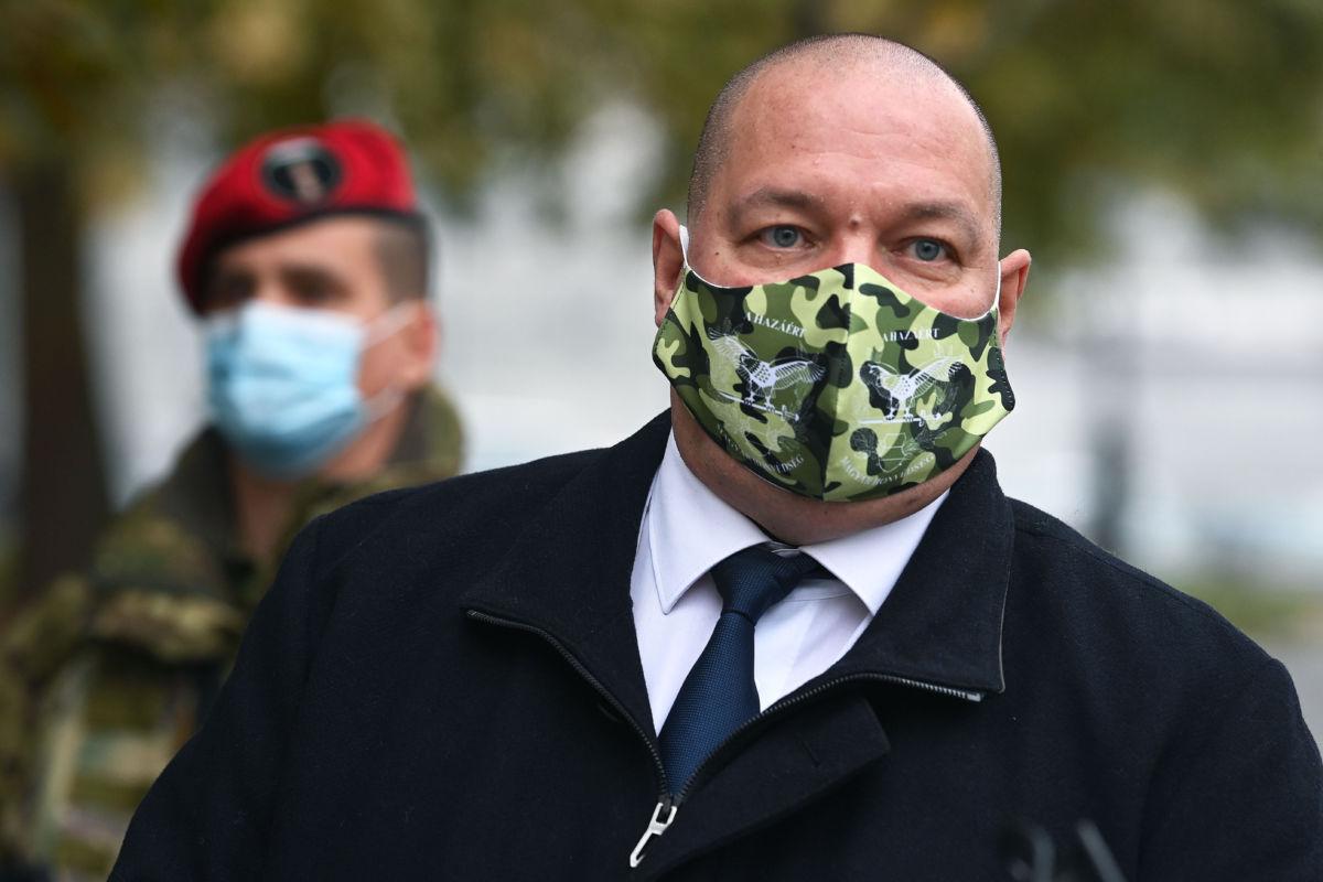 Németh Szilárd, a Honvédelmi Minisztérium parlamenti államtitkára sajtótájékoztatót tart a Jászai Mari téren 2020. november 16-án.