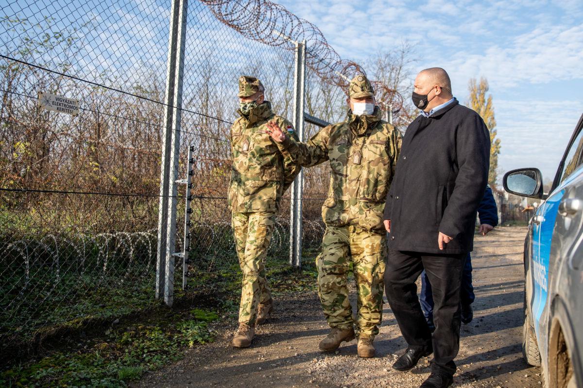 Németh Szilárd, a Honvédelmi Minisztérium (HM) parlamenti államtitkára (j), Bartha László ezredes, a MH Alföldi Ideiglenes Alkalmi Kötelék parancsnoka (k) és Talabos Tibor ezredes HM (b) Hercegszántón, a határzárnál 2020. november 18-án.