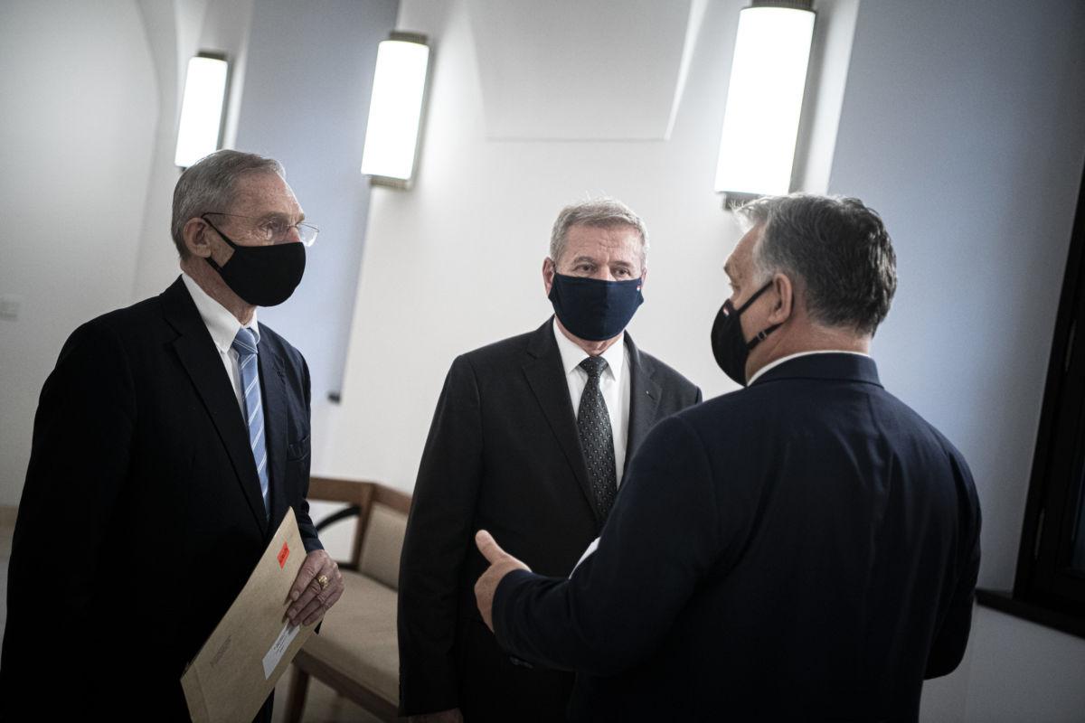 Orbán Viktor miniszterelnök (j), Pintér Sándor belügyminiszter (b) és Benkő Tibor honvédelmi miniszter a Karmelita kolostorban, ahol a kormányfő egyztetett a két miniszterrel 2020. november 11-én.
