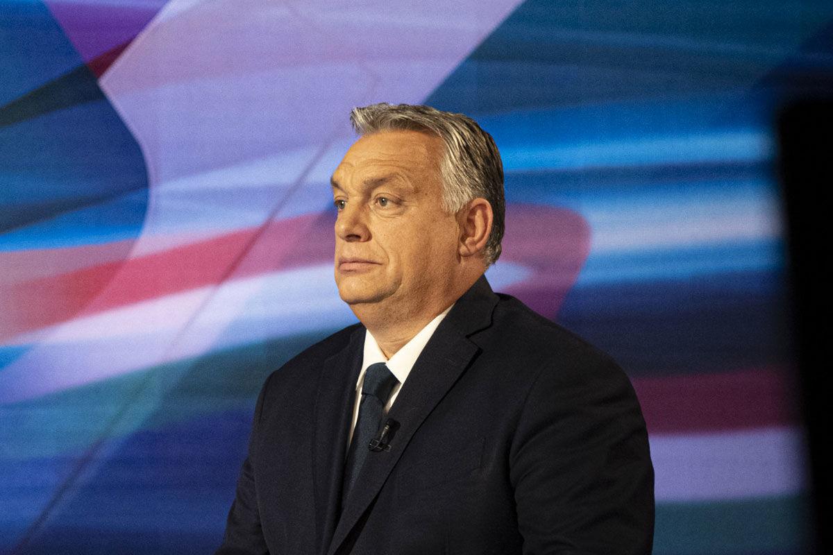 Orbán Viktor miniszterelnök (j) interjút ad Gönczi Gábor műsorvezetőnek a TV2 Tények című műsorában 2020. november 11-én.