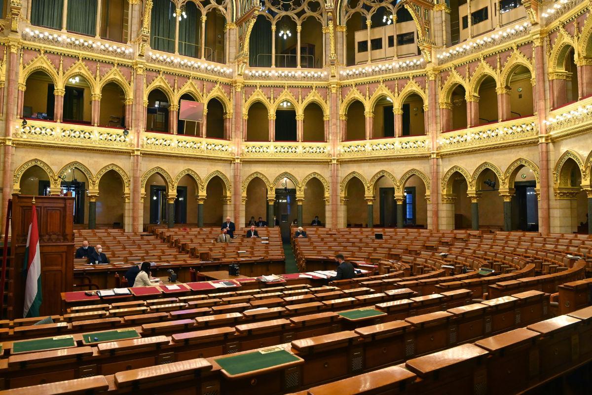 Korózs Lajos, az MSZP képviselője napirend előtt szólal fel az Országgyűlés plenáris ülésén, miután a kormánypárti (Fidesz-KDNP) képviselők kivonultak az ülésteremből 2020. november 17-én.
