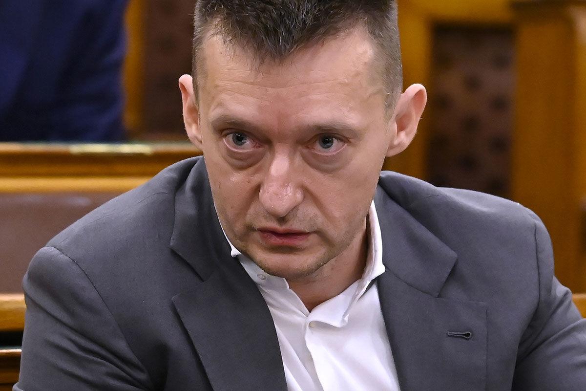 Rogán Antal, a Miniszterelnöki Kabinetirodát vezető miniszter éves meghallgatásán az Országgyűlés igazságügyi bizottságának ülésén az Országházban 2020. november 24-én.