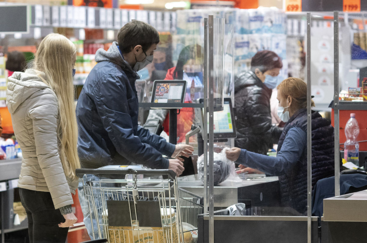 Vásárlók egy nyíregyházi szupermarketben a 19 órai boltbezárás előtt 2020. november 11-én.