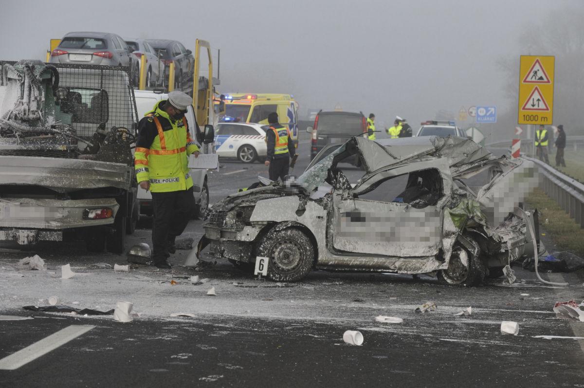 Rendőr helyszínel összeroncsolódott gépjárművek mellett az M5-ös autópálya Budapest felé tartó oldalán, Újhartyánnál, ahol négy autó összeütközött 2020. december 1-jén.