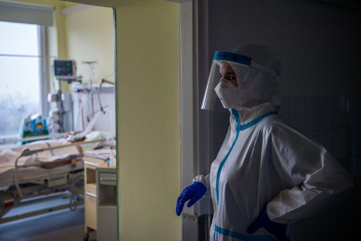 Védőfelszerelést viselő orvos az Országos Korányi Pulmonológiai Intézet koronavírussal fertőzött betegek fogadására kialakított intenzív osztályán 2020. december 11-én.