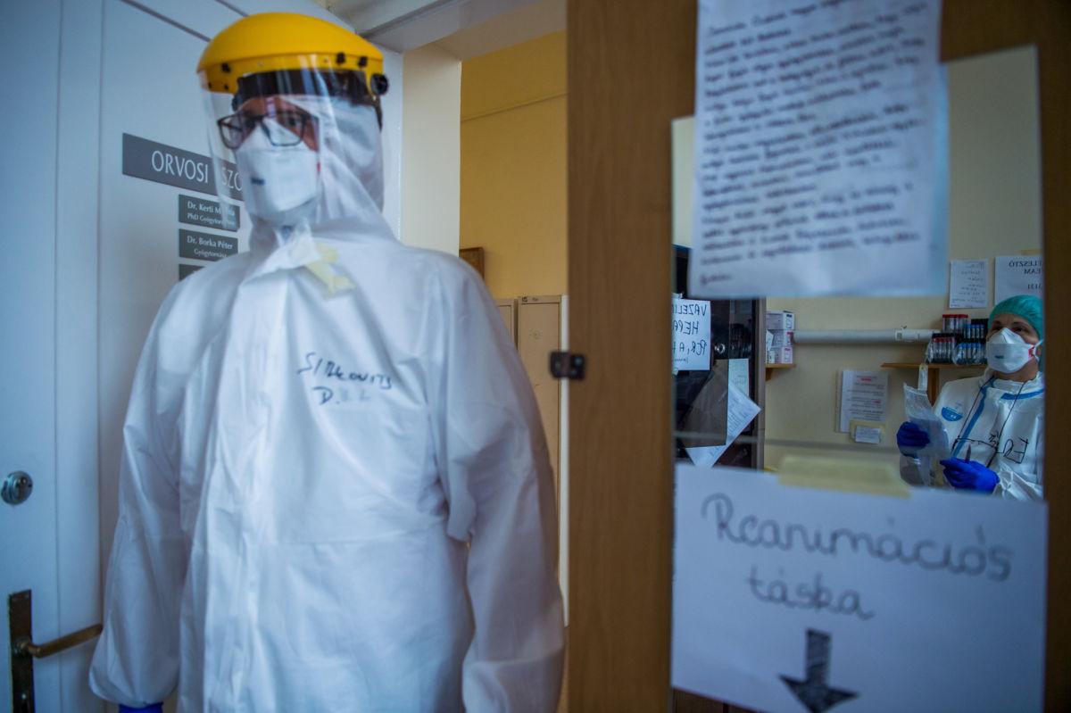 Védőfelszerelést viselő orvosok az Országos Korányi Pulmonológiai Intézet koronavírussal fertőzött betegek fogadására kialakított osztályán 2020. december 11-én.