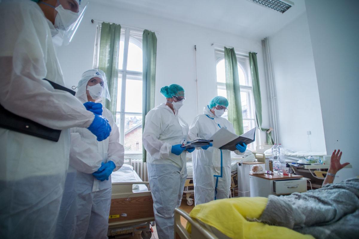 Védőfelszerelést viselő orvosok vizitelnek a koronavírussal fertőzött betegek fogadására kialakított intenzív osztályon a Szent János Kórházban 2020. december 9-én.