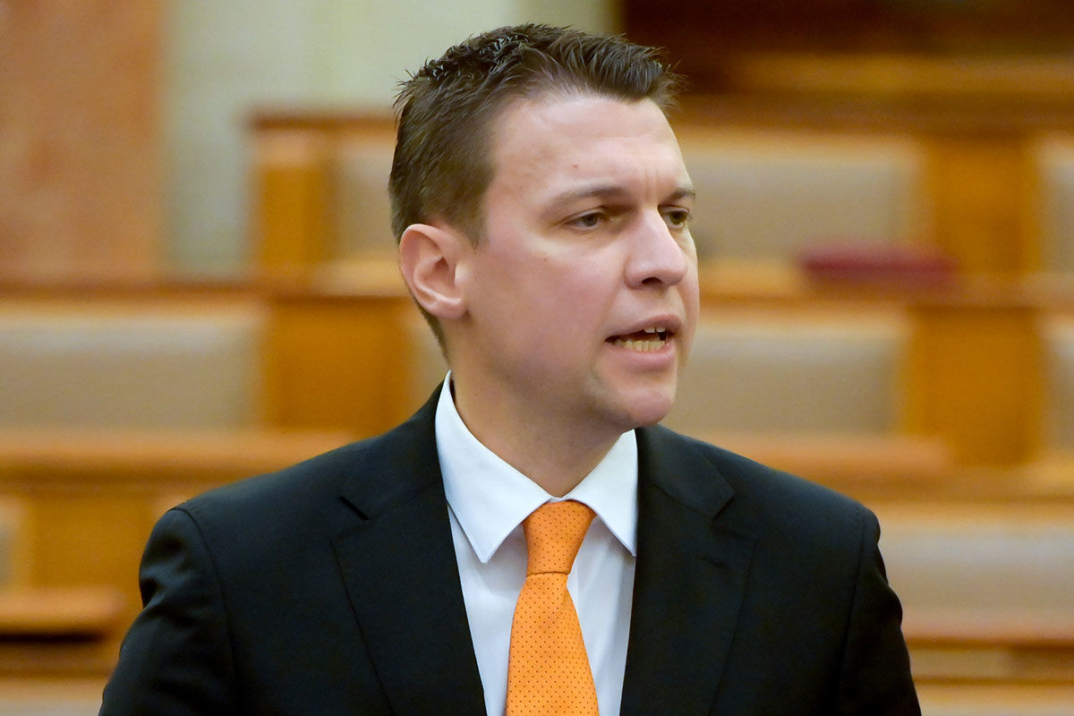 Menczer Tamás, a Külgazdasági és Külügyminisztérium tájékoztatásért és Magyarország nemzetközi megjelenítéséért felelős államtitkára napirend előtt felszólal az Országgyűlés plenáris ülésén 2020. december 7-én.