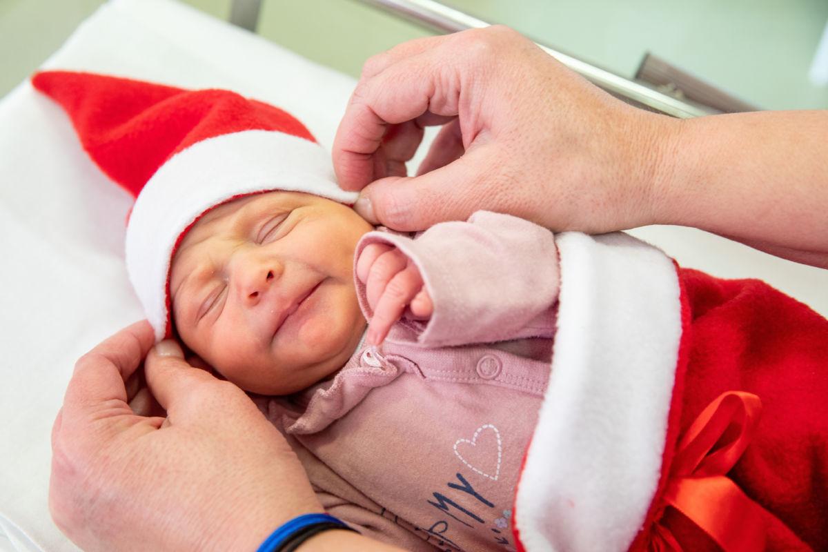 Mikulás ruhába öltözteti az újszülötteket az Orosházi Kórház Szülészet-Nőgyógyászati Osztályának ápolója 2020. december 6-án.