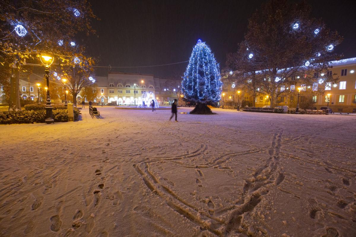 A behavazott és adventi fényekkel kivilágított Erzsébet tér Nagykanizsán 2020. december 2-án. A térségbe nyugat felől havazás érkezett.