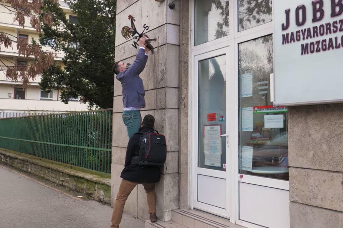 Novák Előd most a Jobbik zászlótartójára csimpaszkodott fel