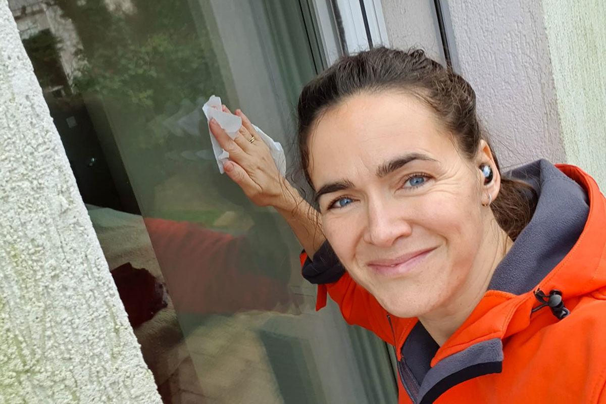 Novák Katalin család- és ifjúságügyért felelős államtitkár ablakmosást láttat a közösségi oldalára feltöltött fotón.