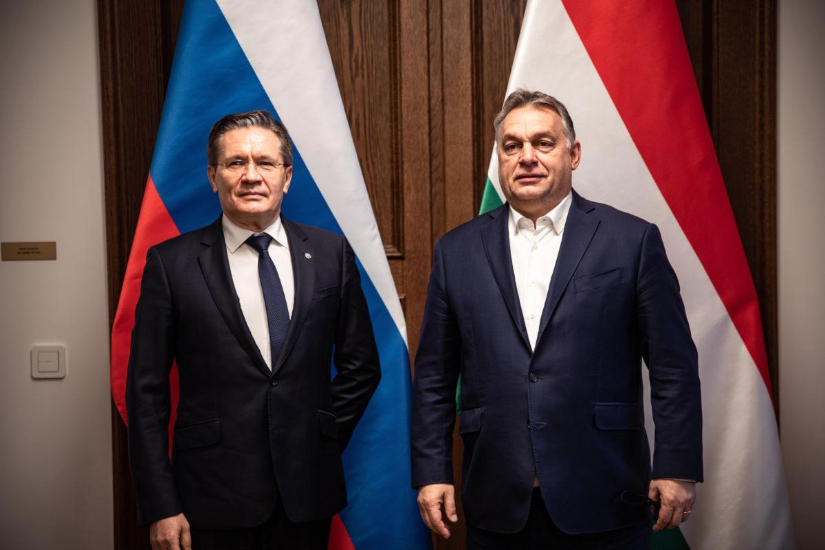 Orbán Viktor miniszterelnök (j) és Alekszej Lihacsov, a Roszatom orosz állami atomenergetikai konszern vezérigazgatójának találkozója a Karmelita kolostorban 2020. december 3-án.