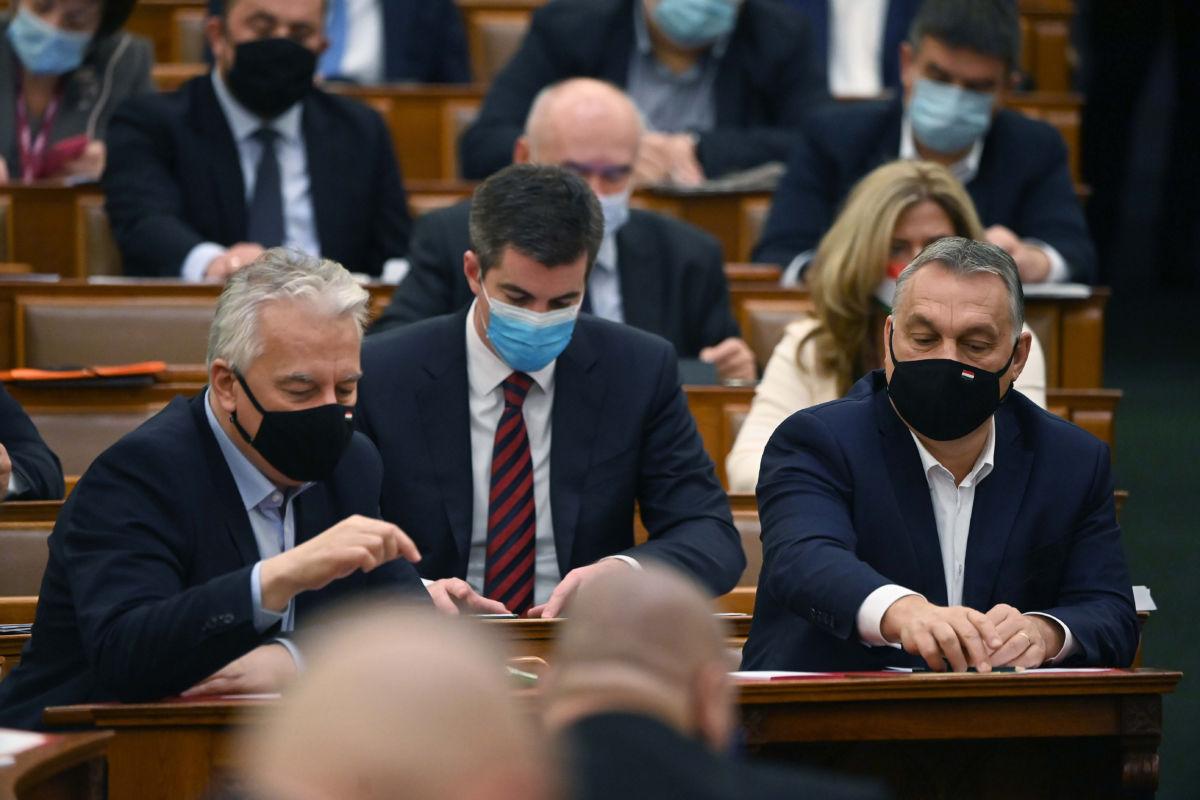 Orbán Viktor miniszterelnök, Kocsis Máté, a Fidesz frakcióvezetője és Semjén Zsolt miniszterelnök-helyettes (j-b) az Országgyűlés plenáris ülésén 2020. december 15-én.