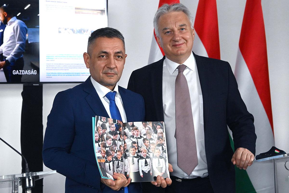 Potápi Árpád János, a Miniszterelnökség nemzetpolitikáért felelős államtitkára (b) és Semjén Zsolt nemzetpolitikáért felelős miniszterelnök-helyettes a Nemzetpolitika 2010-2020 című kiadványt bemutató sajtótájékoztatón Budapesten, a Roosevelt 7/8 Irodaházban 2020. december 16-án.