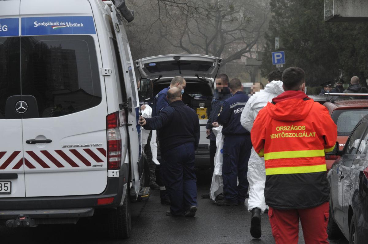 Rendőrségi helyszínelők 2020. december 24-én egy IV. kerületi társasház előtt, ahol egy rendőr lelőtte a járőrtársa életére törő férfit.