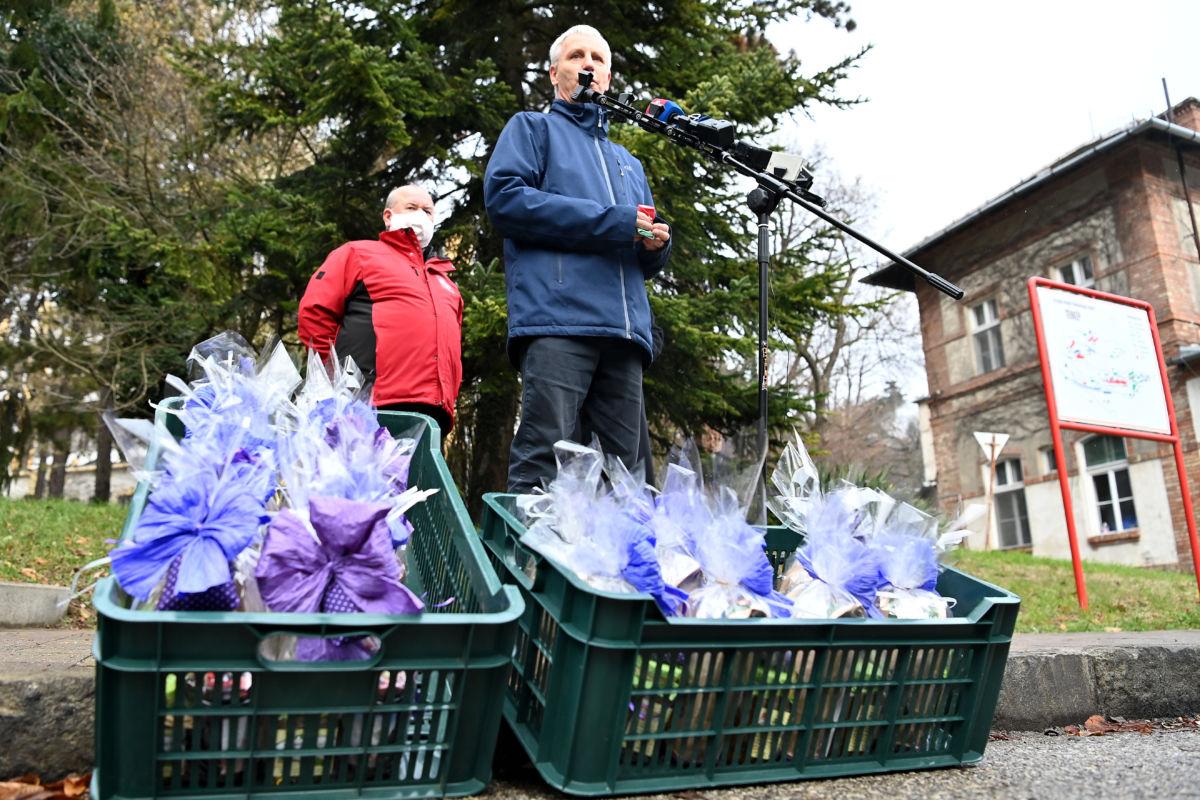 Soltész Miklós, a Miniszterelnökség egyházi és nemzetiségi kapcsolatokért felelős államtitkára az Országos Korányi Pulmonológiai Intézetben, ahol ajándékcsomagokat adtak át 2020. december 4-én.