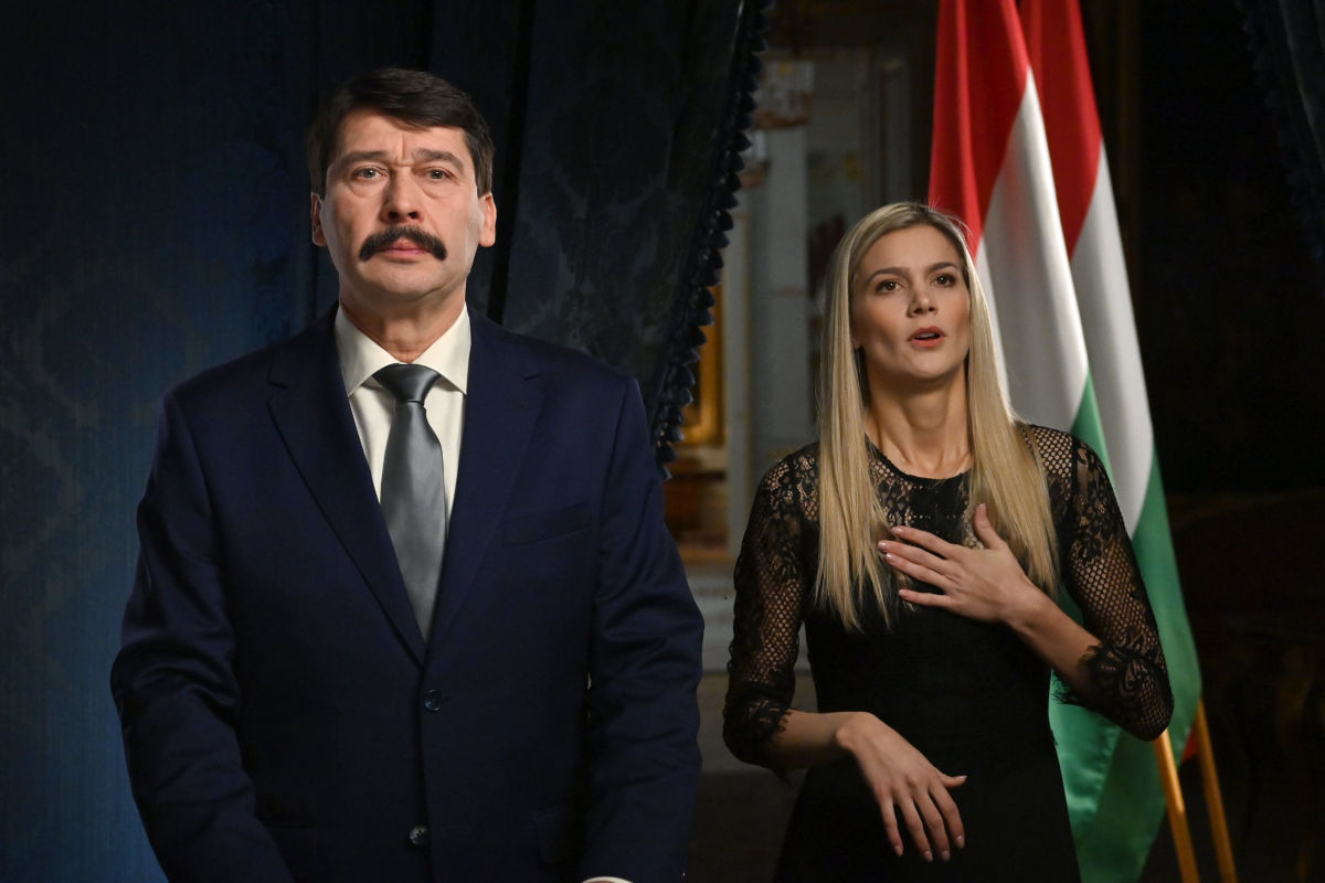 Áder János köztársasági elnök és Weisz Fanni jeltolmács, siket esélyegyenlőségi aktivista az államfő újévi köszöntőjének televíziós felvételén a Sándor-palotában 2020. december 29-én.