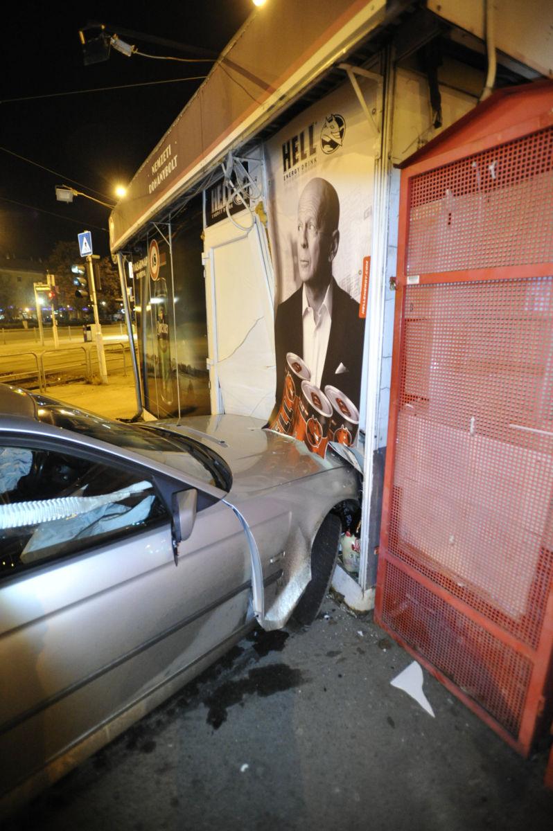 Egy dohányboltba csapódott, összetört személygépkocsi Budapesten, az Örs vezér téren 2021. január 16-án.