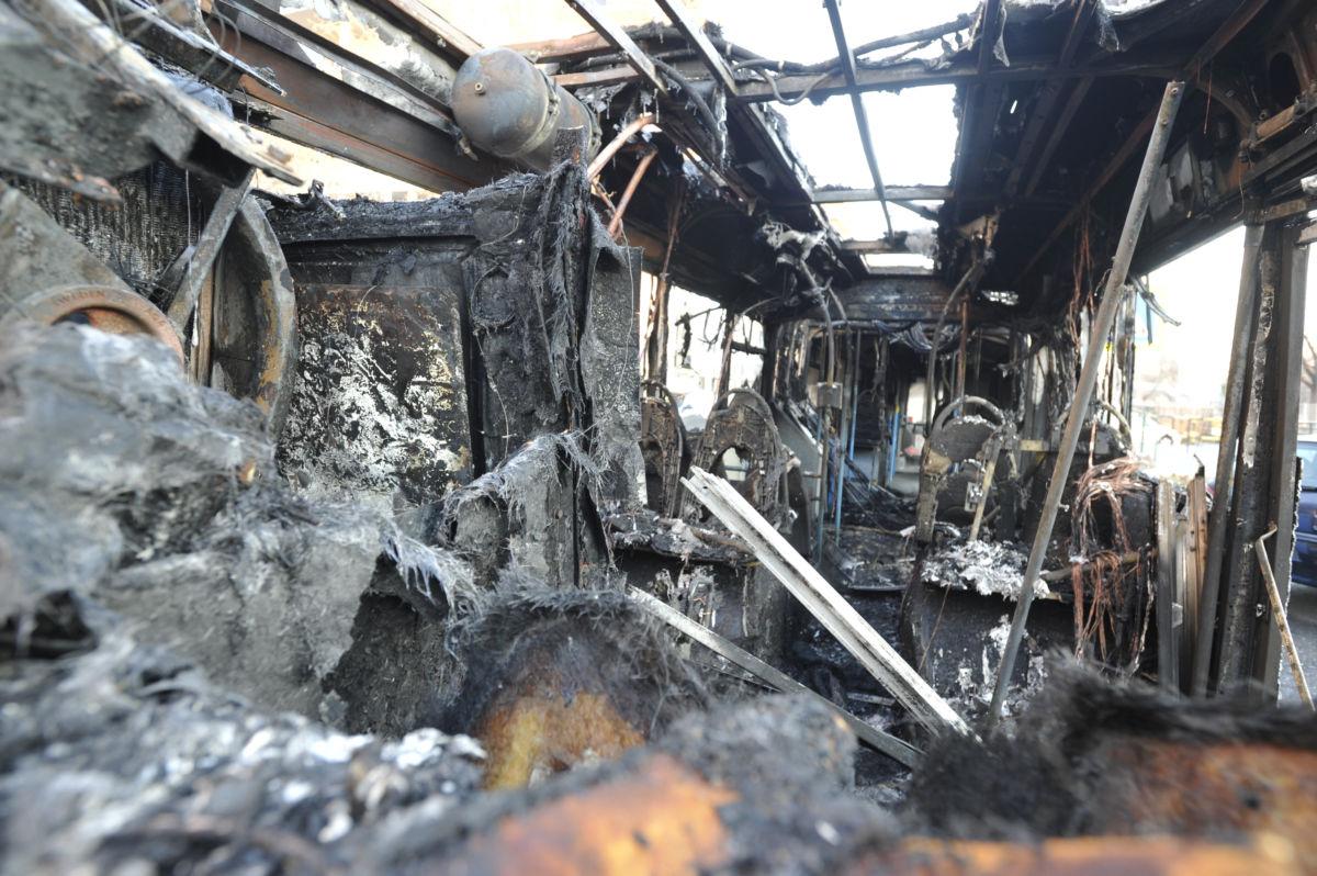 Kiégett autóbusz a III. kerületben, az Árpád fejedelem útján 2021. január 18-án.