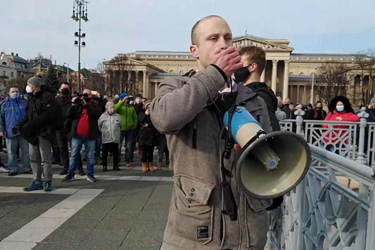 A tömeges üzletnyitásért tüntettek a Hősök terén