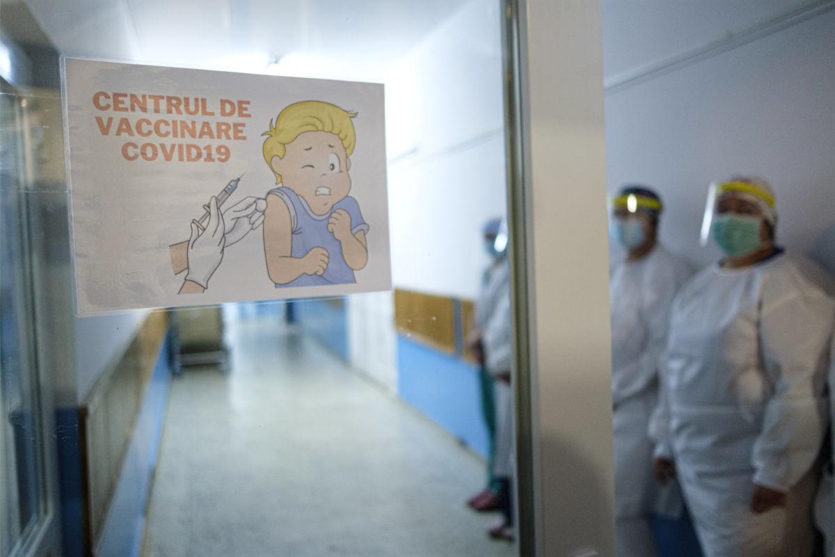 Oltópont bejárata a Hargita megyei sürgősségi kórházban, ahol megkezdődött az egészségügyi dolgozók oltása a Pfizer-BioNTech koronavírus elleni vakcinájával 2021. január 4-én.