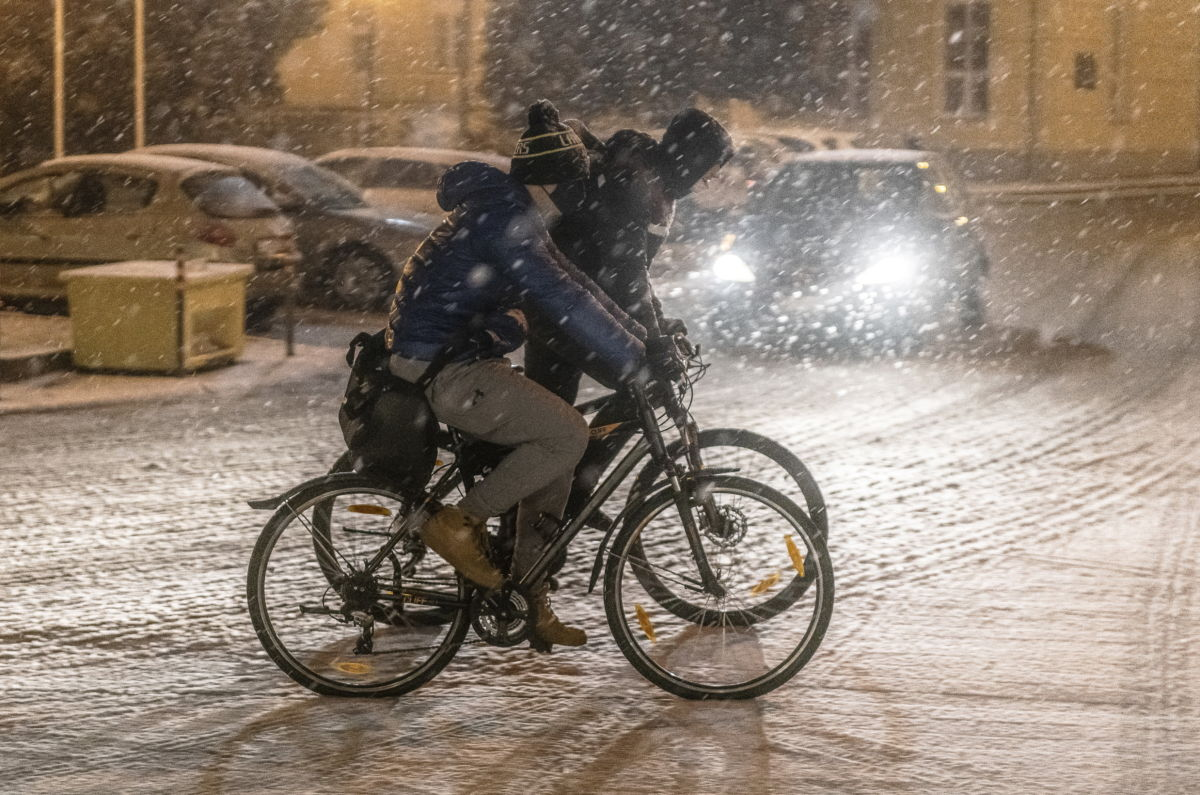 Kerékpárosok a behavazott Szabadság téren Nyíregyházán 2021. január 29-én.