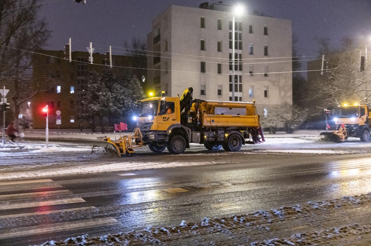 Hóeltakarító munkagépek a nyíregyházi Északi körúton 2021. január 13-án.