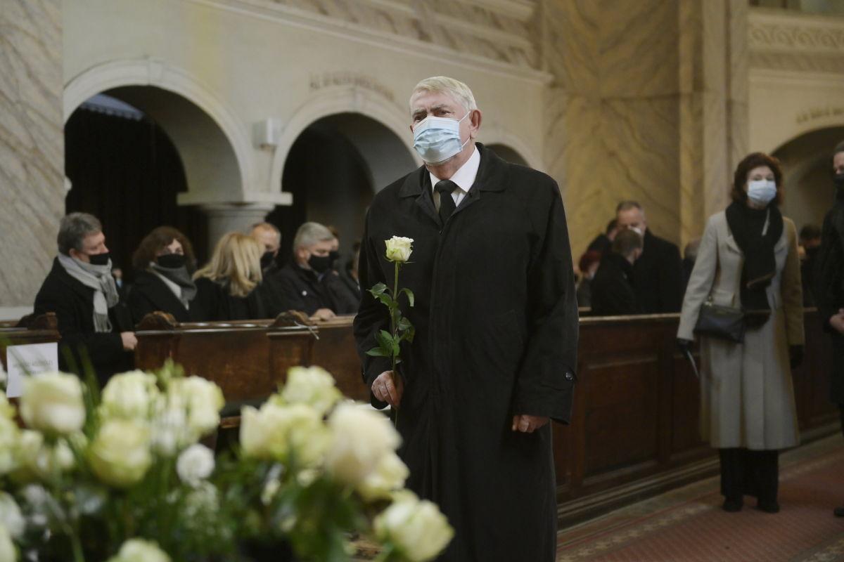Kásler Miklós, az emberi erőforrások minisztere Kriza Ákos (Fidesz-KDNP), Miskolc korábbi (2010-2019.) polgármesterének unitárius szertartás szerint tartott búcsúztatásán a miskolci Hunyadi utcai evangélikus templomban 2021. január 30-án.