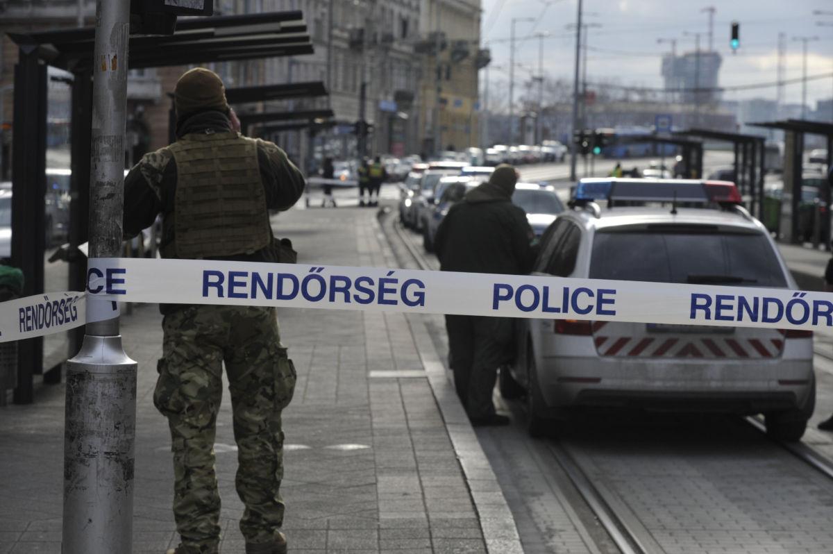 Bűnügyi helyszínelés Budapesten a Mester utcai villamosmegállóban, ahol megszúrtak egy férfit 2021. január 16-án.