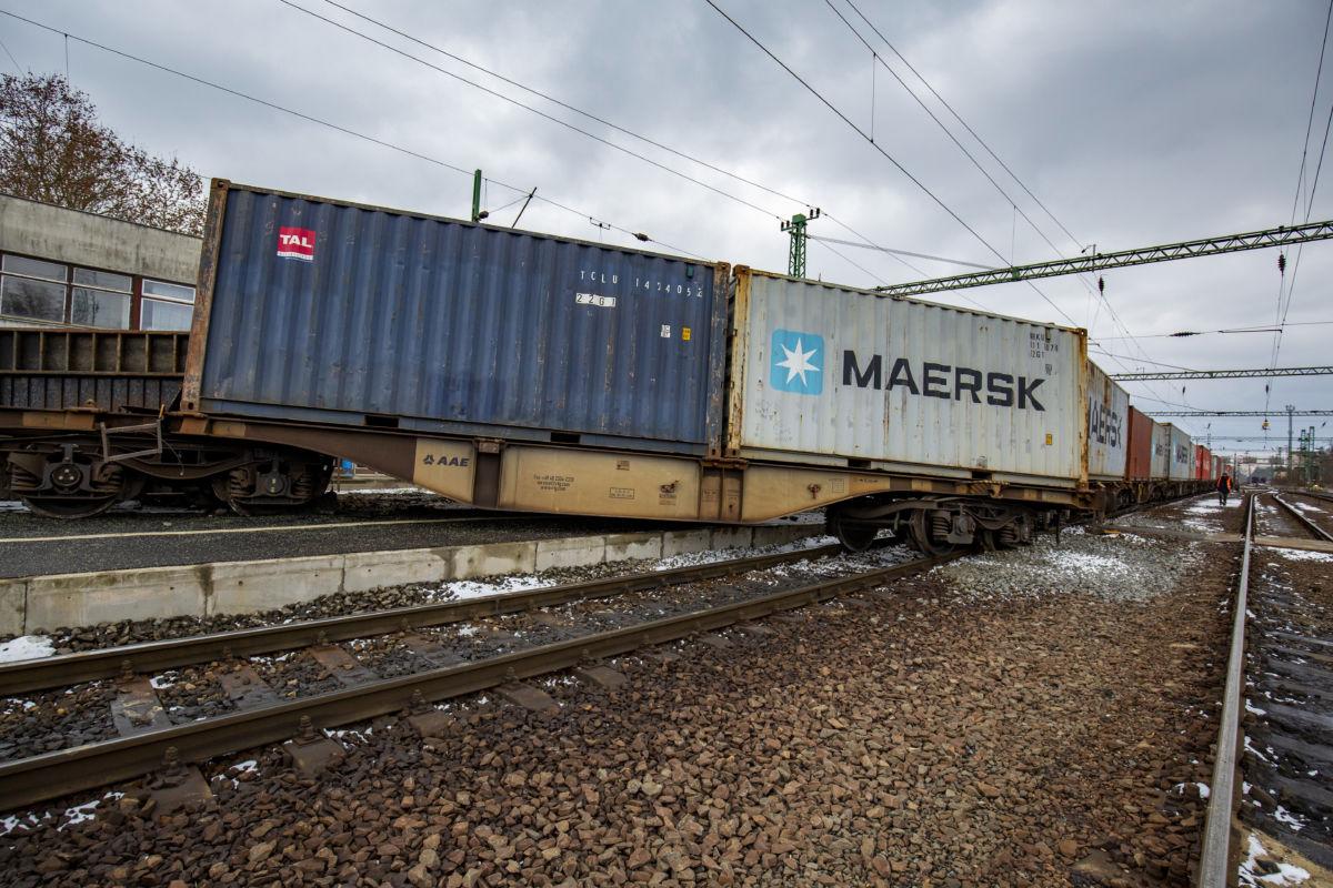 Kisiklott vasúti szerelvény, leborult konténer a murakeresztúri vasútállomáson 2021. január 17-én.
