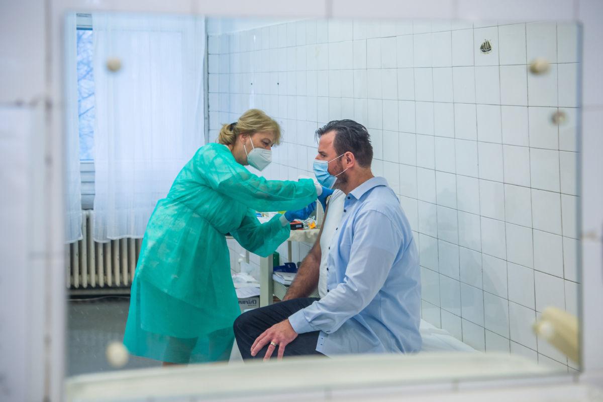 Megkapja egy dolgozó a Pfizer-BioNTech vakcinából készült koronavírus elleni védőoltást a fővárosi Szent János Kórház Kútvölgyi tömbjében 2020. december 15-én.