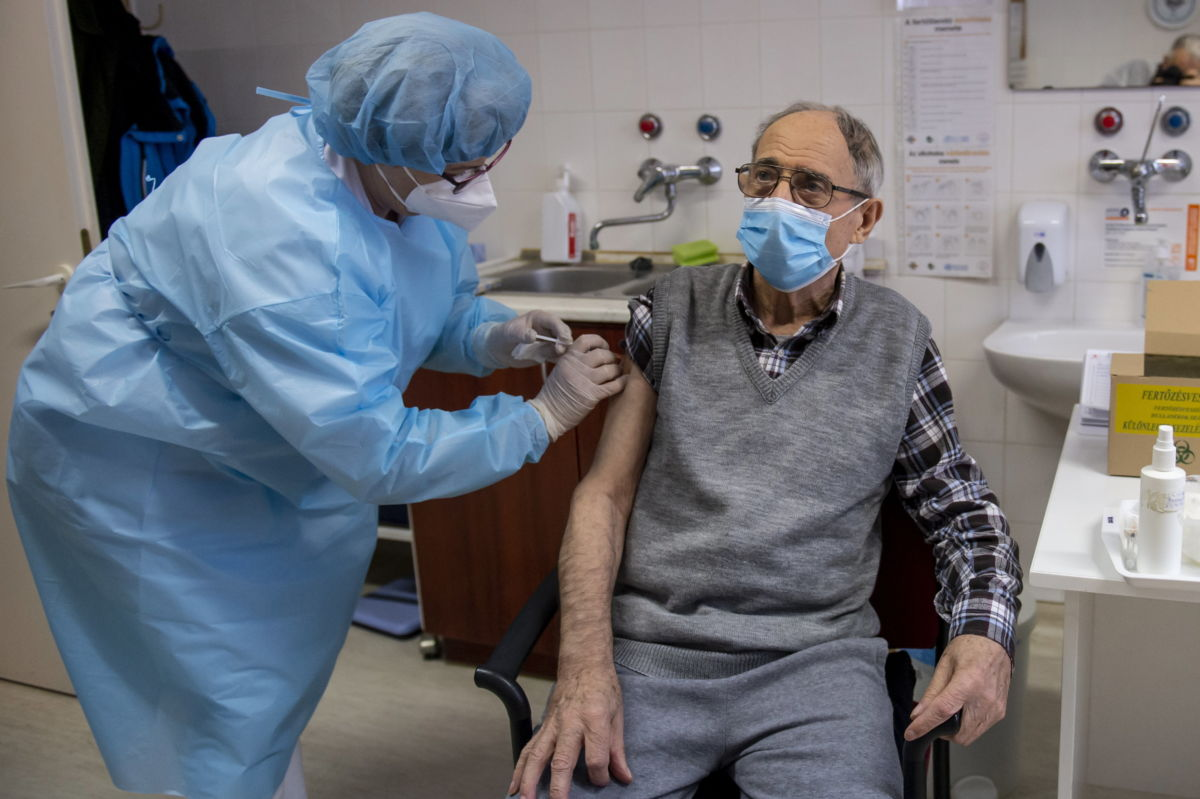 A Pfizer-BioNTech koronavírus elleni vakcina első adagjával oltanak be egy lakót a Pásztói Gondozási Központ Idősek Otthonában 2021. január 29-én.