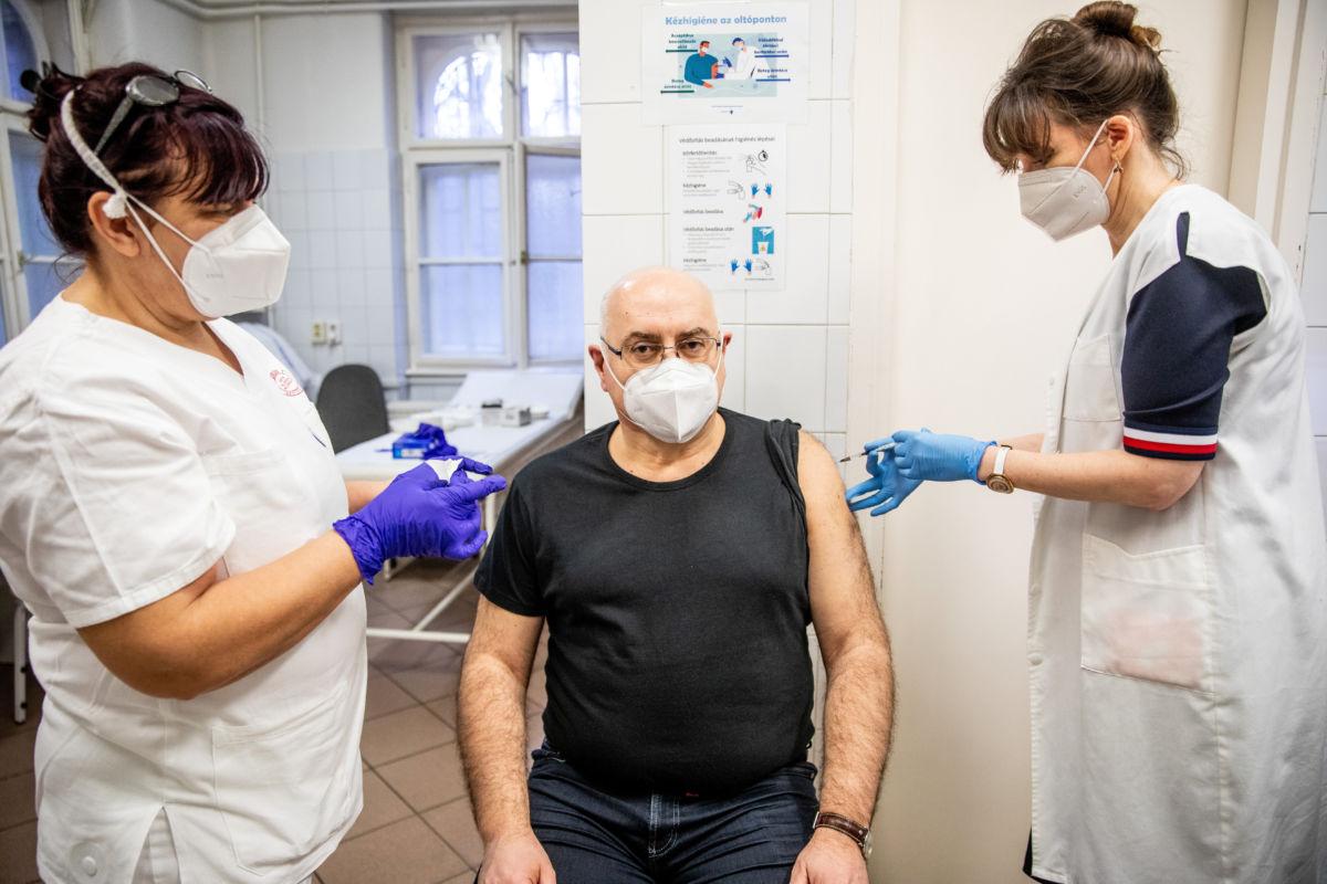 Lengyel Csaba, a szegedi Szent-Györgyi Albert Klinikai Központ elnöke megkapja a Pfizer-BioNTech koronavírus elleni vakcináját a Szegedi Tudományegyetem Bőrgyógyászati és Allergológiai Klinikáján 2021. január 23-án.