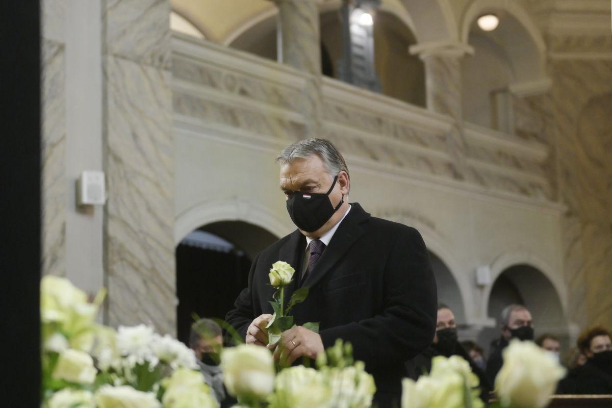 Orbán Viktor miniszterelnök Kriza Ákos (Fidesz-KDNP), Miskolc korábbi (2010-2019.) polgármesterének unitárius szertartás szerint tartott búcsúztatásán a miskolci Hunyadi utcai evangélikus templomban 2021. január 30-án.