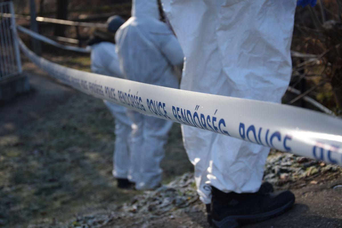 Nyomozók a salgótarjáni emberölés helyszínén 2021. január 12-én.