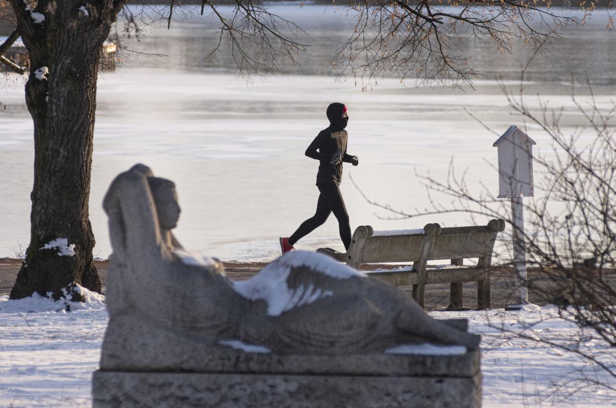 Futó a befagyott Sóstó körüli sétányon Nyíregyházán 2021. január 16-án. A megyeszékhelyen és környékén -11 Celsius fok volt a reggeli órákban.