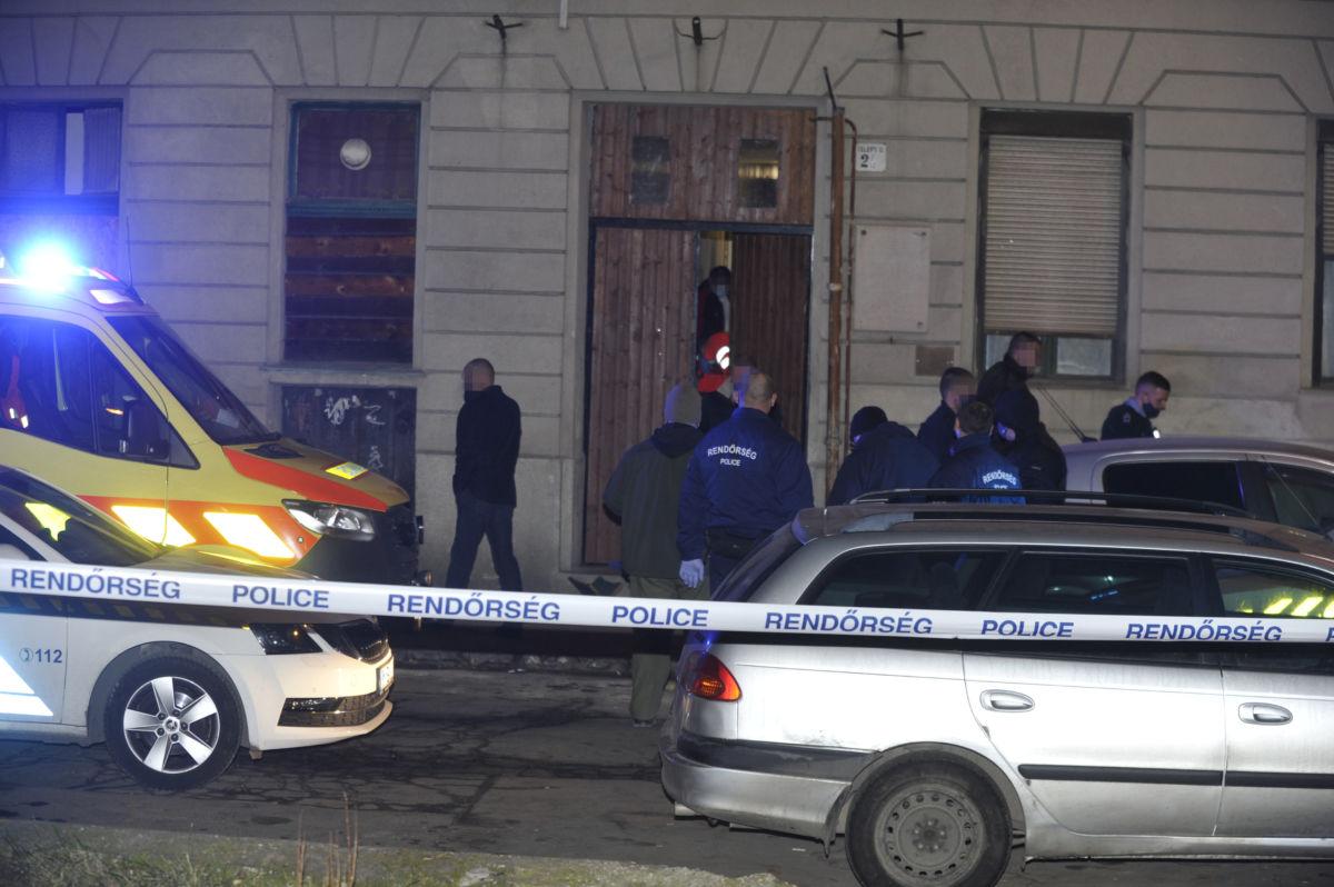 Rendőrök a főváros IX. kerületében, ahol megszúrtak egy 19 éves férfit, aki a helyszínen életét vesztette 2021. január 20-án.