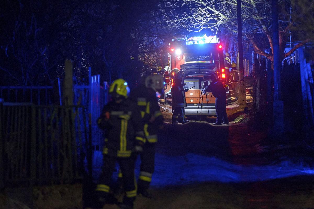 Tűzoltók és rendőrségi helyszínelő Fóton, a Vadas dűlőben, ahol kigyulladt egy lakóház 2021. január 26-án.