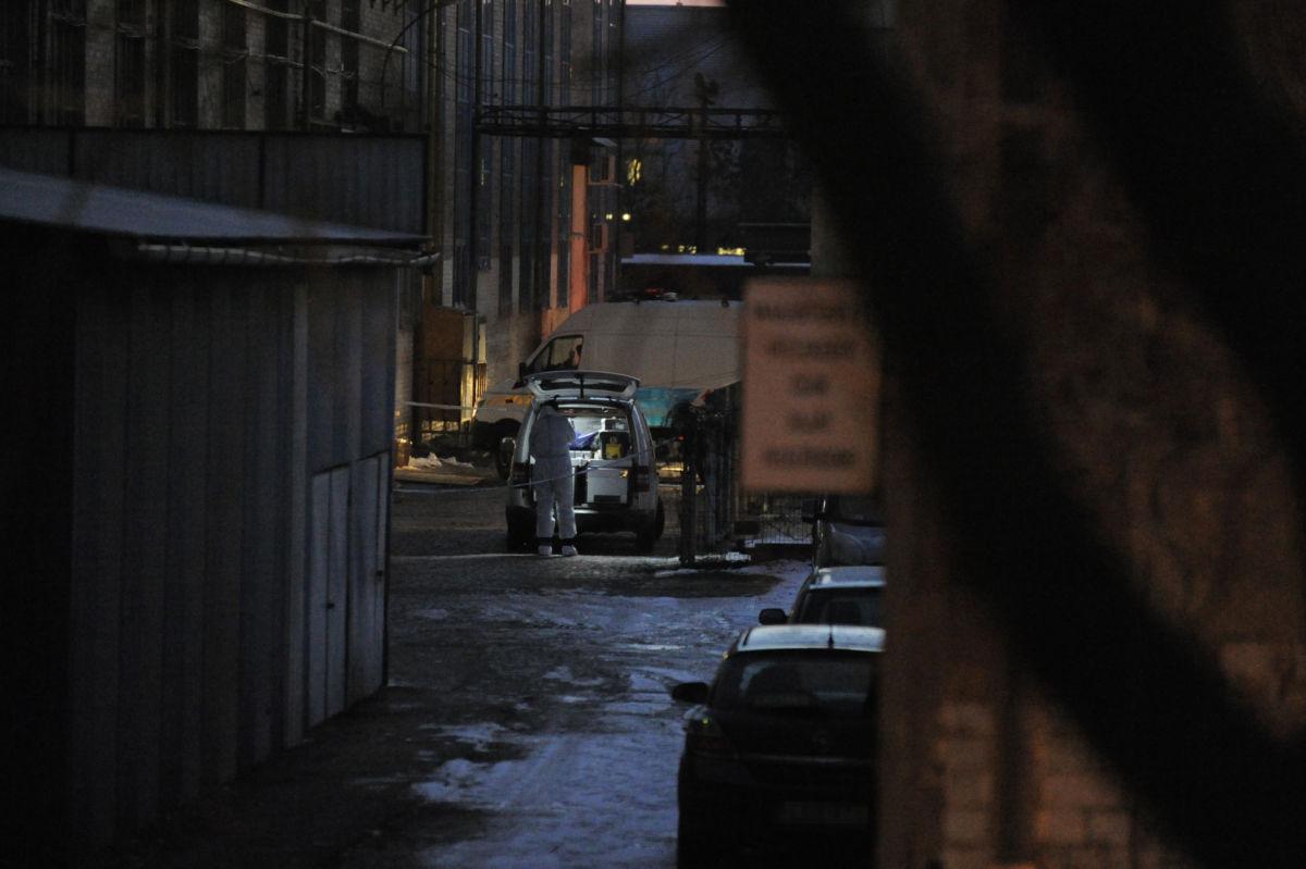 Rendőrök helyszínelnek 2021. január 15-én a főváros XI. kerületében, egy Építész utcai telephelyen, ahol előzetes szóváltást követően bántalmaztak egy fiatal férfit.